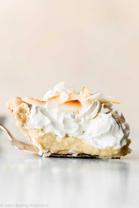 Rebanada de pastel de crema de coco