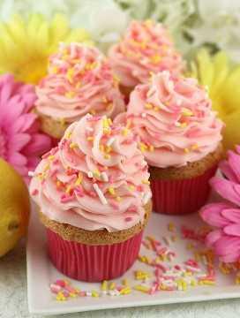 Estas magdalenas de comida de ángel con glaseado de limonada rosa son un delicioso postre de Pascua. Los cupcakes ligeros y aireados y el glaseado de crema de mantequilla Pink Lemonade Sweet, agridulce y delicioso se combinan en una perfecta receta de Cupcake de primavera. Qué sabroso regalo de Pascua, merienda del día de la madre o brunch de primavera. Ponga este postre de verano fácil de preparar para más tarde y síganos para obtener más ideas de comidas de Pascua.