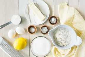Vista de arriba abajo de todos los ingredientes necesarios para hacer pastel de pan de limón.