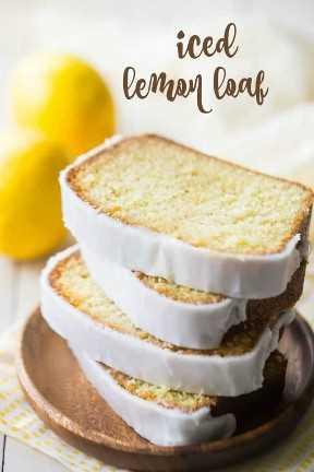 """Rebanadas de pastel de pan de limón apiladas en una placa de madera, con una superposición de texto que dice """"Pan de limón helado""""."""