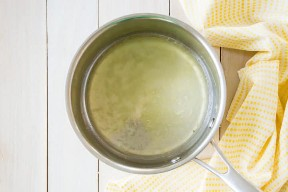 Vista de arriba de jarabe de limón simple en una olla pequeña.