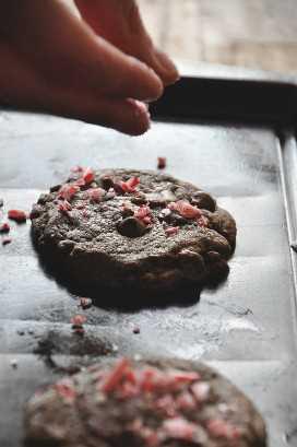 Rociado de bastón de caramelo triturado en una galleta de menta de chocolate doble masticable