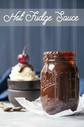 Molho de caramelo: tão espesso, rico e aveludado! Eu não podia acreditar como era fácil fazer essa cobertura incrível de sorvete! sobremesas de comida de chocolate