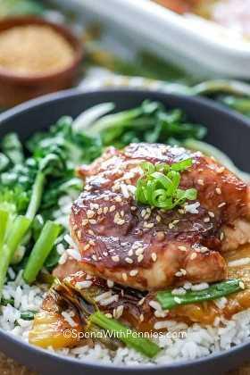 Un tazón de pollo teriyaki de piña en una cama de arroz con bok choi al vapor y cebollas verdes frescas.
