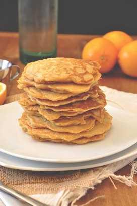 Pila de deliciosas tortas de pan integral para un delicioso desayuno de invierno
