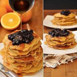 Verter el jarabe en las tortas de pan integral con la compota de naranja de arándanos