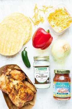 Tortillas de maíz, queso, pimiento, jalapeño, cebolla, salsa y pollo asado como ingredientes en los taquitos caseros.