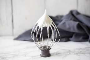 Verter la leche condensada sobre el coco rallado para macarrones.