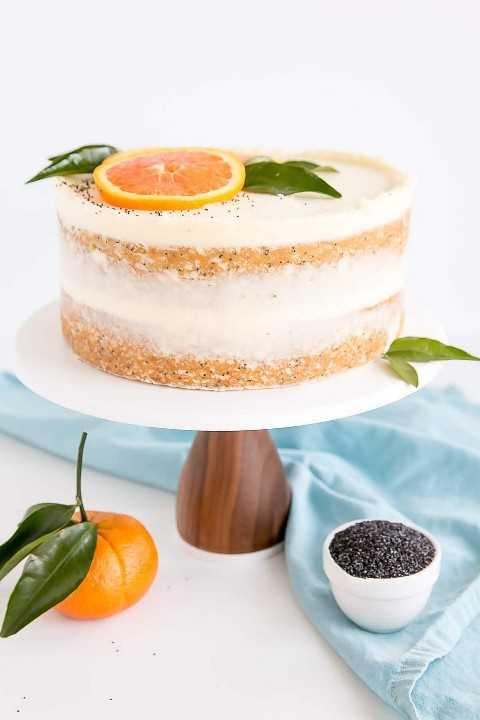 Pastel de semilla de amapola naranja decorado estilo torta desnuda.
