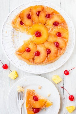 El mejor pastel de piña al revés - ¡Tan suave, húmedo, y realmente es lo mejor! ¡Un pastel alegre y alegre que seguramente pondrá una sonrisa en la cara de cualquiera! ¡Este pastel 100% de cero es el favorito de EASY lector que te encantará!