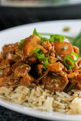 "Un plato lleno de pollo bourbon Crock Pot sobre arroz con cebolla verde fresca. ""Width ="" 700 ""height ="" 1050 ""srcset ="" https://www.spendwithpennies.com/wp-content/uploads/2014/12/Crock -Pot-Bourbon-Chicken-Spend-With-Pennies_-2.jpg 700w, https://www.spendwithpennies.com/wp-content/uploads/2014/12/Crock-Pot-Bourbon-Chicken-Spend-With- Pennies_-2-500x750.jpg 500w, https://www.spendwithpennies.com/wp-content/uploads/2014/12/Crock-Pot-Bourbon-Chicken-Spend-With-Pennies_-2-350x525.jpg 350w "" data-lazy-tamaños = ""(ancho máximo: 700px) 100vw, 700px"
