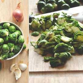 Tabla de cortar con coles de Bruselas y otros ingredientes para hacer una salsa de chalote saludable