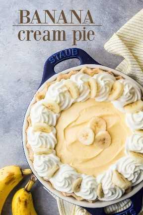 Tarta de crema de plátano casera con crema pastelera y plátanos frescos.