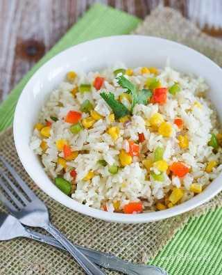 Arroz Primavera ~ ¡Este hermoso plato de arroz se mezcla con verduras coloridas como pimientos verdes y rojos, cebollas y maíz y se cocina a la perfección!