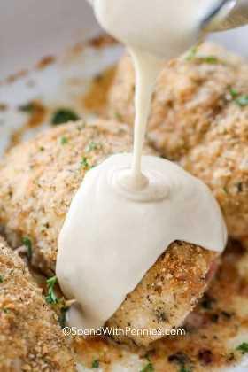 Verter la salsa cordon bleu sobre pollo al horno