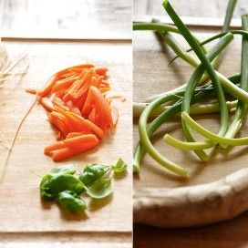 Verduras frescas en una tabla de cortar para hacer nuestra receta de tazones de fideos asiáticos veganos con aderezo de maní con jengibre