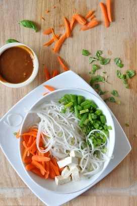 Sirviendo de nuestra receta de Fideos Asiáticos con el aderezo a un lado.