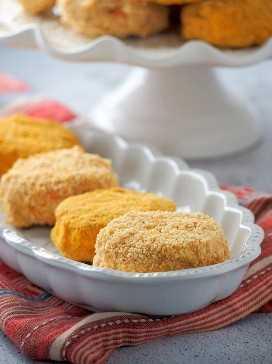 Galletas filipinas de sylvanas con anacardos molidos y una capa de migas de galleta de Graham en un plato para servir