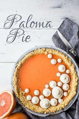 Imagem vertical com sobreposição de texto do bolo de coquetel Paloma (tequila de toranja) com crosta salina.
