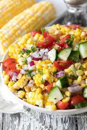 Ensalada de maíz de verano en un tazón