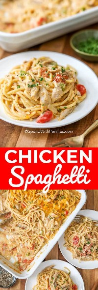 Los espaguetis de pollo servidos en una pequeña placa blanca se representan en la foto superior. La foto de abajo muestra la cacerola completa con dos porciones, ambas en platos blancos, al lado de la cazuela.