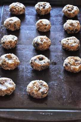 Hoja para hornear con un lote de galletas de almendras listas para usar en el horno