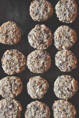 Hoja para hornear rellena con galletas de almendra recién horneadas hechas con chips de chocolate y coco