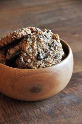 Galletas de harina de almendra y tazón de chocolate para un delicioso obsequio sin gluten
