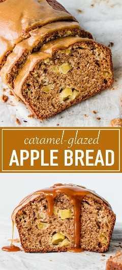 Pan mojado de manzana glaseado con un glaseado de caramelo espeso y crujiente.