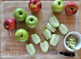Eliminando los núcleos de las manzanas para hacer crujientes de manzana veganos sin gluten caseros