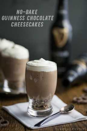 Mini vasos de cerveza de mousse de chocolate Guinness, en una servilleta blanca con una cuchara y botellas de Guinness Stout en el fondo