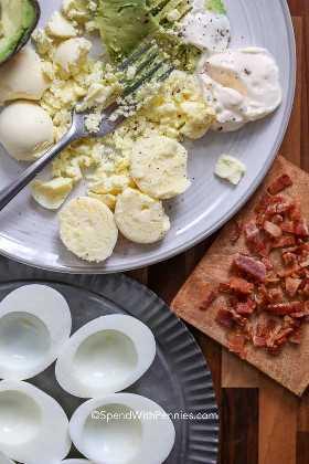 Triturar los ingredientes para hacer huevos de aguacate en un plato.
