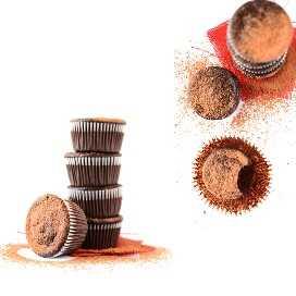 Lote de magdalenas de remolacha vegana fudgy espolvoreadas con cacao en polvo
