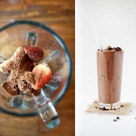Batidora y vaso con nuestra receta de batido de batido Vegan Brownie