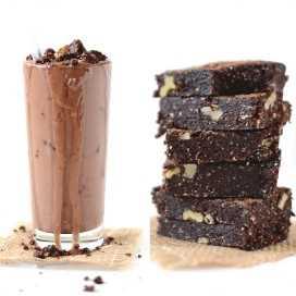 Pila de brownies y vidrio rellenos con nuestra receta casera de Blizzard Vegan Brownie Batter