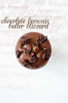 Top down shot de un Chocolate Brownie Batter Blizzard cubierto con trozos de brownie