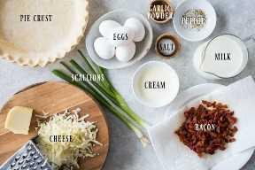 Tiro de arriba de todos los ingredientes necesarios para hacer quiche Lorraine.