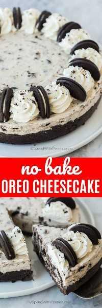 La foto superior muestra todo un pastel de queso Oreo sin hornear. La foto de abajo muestra una porción que se sirve de la tarta de queso.