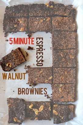 Lote de espresso casera, nueces, brownies en una bandeja para hornear