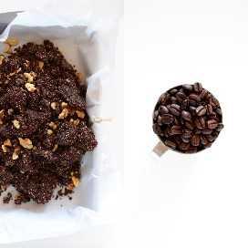 Granos de café y una bandeja forrada de pergamino con un lote de nuestros Brownies de espresso crudo