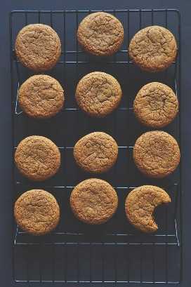 Rejilla de enfriamiento con galletas de jengibre caseras para hacer sándwiches de galletas de jengibre