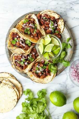 Tacos mexicanos de la calle: ¡fácil, rápido y auténtico, tacos callejeros de carne asada que ahora puedes hacer en casa! Cubrir con cebolla, cilantro + jugo de limón fresco! ¡TAN BUENO!