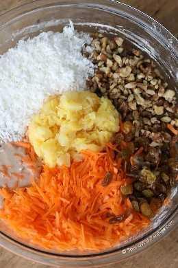 Piña, zanahoria rallada, nueces, pasas y coco en un tazón