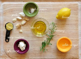 Tabla de cortar con ingredientes para hacer Rosemary Caesar Dressing