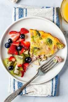 ¡Este quiche de jamón y queso con bajo contenido de carbohidratos es ligero y delicioso, perfecto para el desayuno o el brunch (o incluso una cena ligera)! Hecho con un sobrante de jamón o jamón, brócoli y queso suizo.