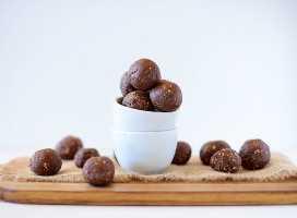Tazón y tabla de cortar con trufas de galletas de mantequilla de maní y chocolate sin hornear