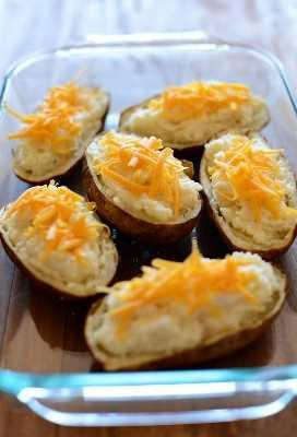 Cacerola de coliflor Papas al horno dos veces con queso cheddar rallado