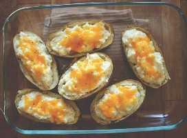 Cacerola rellena con un lote de nuestras papas horneadas con queso con coliflor