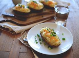 Plato y tabla para cortar papas horneadas dos veces más sanas hechas con coliflor
