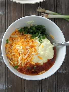 Mayonesa, salsa de chile dulce, queso rallado, cebolla verde y jugo de limón en un tazón